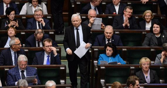 Gdyby wybory do Sejmu odbyły pod koniec lutego, PiS-Zjednoczona Prawica mogłyby liczyć na 41,1 proc. poparcia, co przekłada się na 232 mandaty poselskie. PO poparło 26,2 proc. badanych (145 mandatów), a Wiosnę Roberta Biedronia - 9,2 proc. (39 mandatów) - wynika z sondażu Estymatora dla DoRzeczy.pl.
