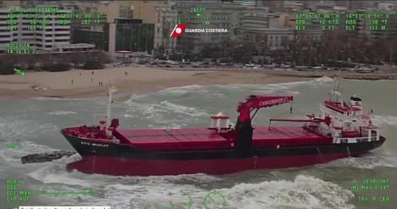 Turecki statek utknął na mieliźnie w pobliżu włoskiego portu w Bari. Silny wiatr zepchnął go na kamienne nabrzeże. Całe Włochy zmagają się ze skutkami silnych wiatrów.