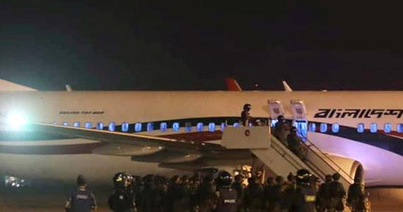 Boeing 737 linii Biman Bangladesh Airlines, lecący z Dhaki przez Chittagong w Bangladeszu do Dubaju, zawrócił w niedzielę do Chittagong i lądował przymusowo w związku z próbą porwania. Po kilku godzinach komandosi zastrzelili mężczyznę, który próbował dostać się do kokpitu - poinformowali przedstawiciele bangladeskich władz.