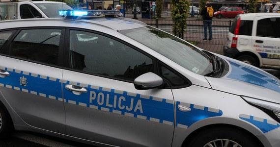 Prokuratorom udało się ustalić tożsamość sprawcy tragicznego wypadku, do którego doszło w ostatnią sobotę w okolicach Rawy Mazowieckiej w Łódzkiem. To 29-letni mieszkaniec powiatu rawskiego, który uciekał ukradzionym wcześniej samochodem.