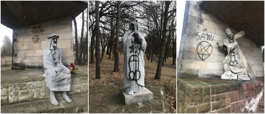 Policja bada sprawę dewastacji kaplic różańcowych na terenie Kalwarii Panewnickiej, położonej w pobliżu katowickiego klasztoru franciszkanów. Kaplice najprawdopodobniej zostały zniszczone w piątkowy wieczór. Mieszkańcy miasta są zbulwersowani.