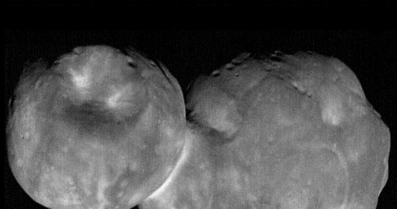 NASA publikuje kolejne, jeszcze dokładniejsze zdjęcia planetoidy Ultima Thule, najdalszego obiektu odwiedzonego przez sondę z Ziemi. Próbnik New Horizon minął kosmiczną skałę z tak zwanego Pasa Kuipera 1 stycznia 2019 roku i wkrótce potem przesłał pierwsze jej zdjęcia, na których Ultima Thule przypomina bałwanka. Analiza zdjęć wykonanych pod innym kątem pokazała, że planetoida przypomina raczej dwa połączone naleśniki, niż dwie kule, kolejne obrazy pomagają teraz lepiej poznać strukturę jej powierzchni.