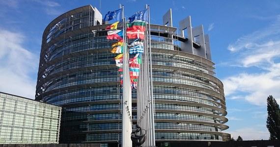 To już oficjalne: wybory do Parlamentu Europejskiego odbędą się w niedzielę 26 maja. Prezydent Andrzej Duda podpisał właśnie postanowienie w tej sprawie, a wraz z zarządzeniem wyborów oficjalnie rozpoczyna się kampania wyborcza. Równocześnie Państwowa Komisja Wyborcza alarmuje ws. możliwych kłopotów w związku z brexitem.