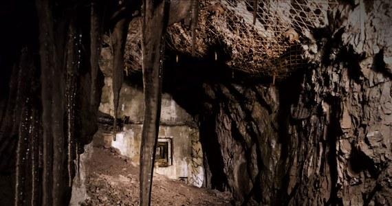 """""""Osówka"""", hitlerowski kompleks w Górach Sowich, którego tunele drążyli w tragicznych warunkach więźniowie niemieckich obozów koncentracyjnych wciąż kryje jeszcze swoje tajemnice – uważają eksploratorzy. Kilkunastu pasjonatów historii odwiedziło kompleks by obejrzeć tak zwany """"uskok"""". To miejsce, w którym miały znajdować się przejścia do nieznanych części kompleksu. Po oczyszczeniu przejścia okazało się jednak, że tuneli nie ma."""