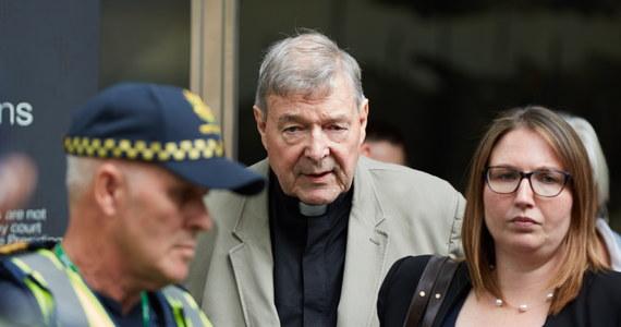 """Zakaz publicznego pełnienia posługi i kontaktów z nieletnimi otrzymał od papieża Franciszka kardynał George Pell, uznany przez ławę przysięgłych sądu w Melbourne za winnego czynów pedofilskich. Jak oświadczył rzecznik Watykanu Alessandro Gisotti, są to """"środki zapobiegawcze"""", zastosowane w oczekiwaniu na definitywne osądzenie duchownego. Kardynał Pell - do niedawna jeden z najbliższych współpracowników Franciszka - odrzuca wszelkie oskarżenia."""
