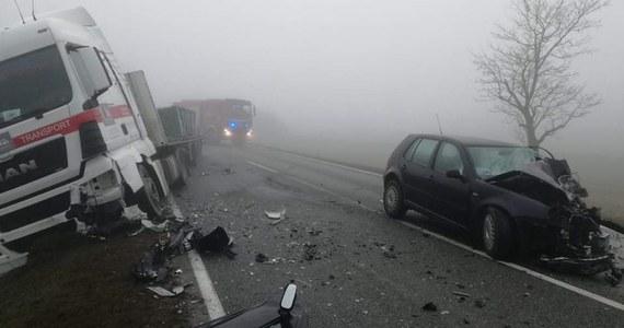 Zderzenie ciężarówki i auta osobowego na na drodze krajowej nr 94 w Łosiowie (woj. opolskie). Jedna osoba została ranna. Droga przez kilka godzin była zablokowana. Zdjęcia z miejsca zdarzenia dostaliśmy na Gorącą Linię RMF FM.