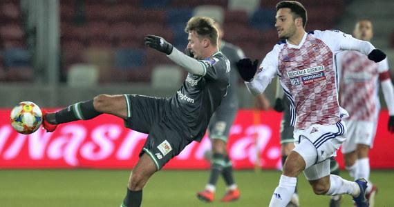 Lechia Gdańsk pokonała Górnik Zabrze 2:1 i została pierwszym półfinalistą Pucharu Polski. Pozostałe mecze ćwierćfinałowe odbędą się w marcu.