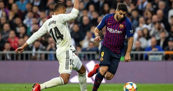 Piłkarze Barcelony pokonali na wyjeździe Real Madryt 3:0, a w dwumeczu 4:1, i awansowali do finału Pucharu Hiszpanii. W środę kluczowym zawodnikiem gości okazał się Urugwajczyk Luis Suarez, który zdobył dwie bramki.