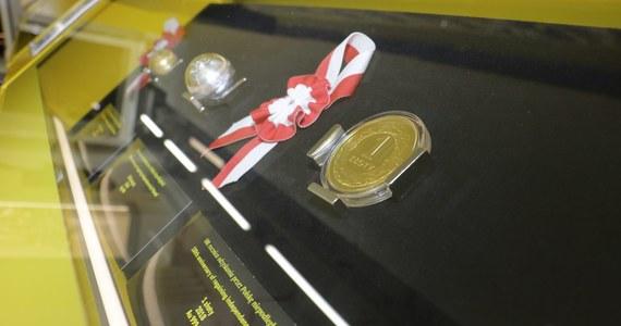 """Dziś mija dokładnie 100 lat od ustanowienia polskiego złotego - naszej narodowej waluty. Dokładnie 28 lutego 1919 roku Sejm uchwalił ustawę """"w sprawie nazwy polskiej monety"""". Wybrano nazwy złoty i grosz. Co ciekawe, mało brakowało, żeby nasza waluta nosiła inną nazwę: """"Lech"""". Taką dekretem nadał marszałek Piłsudski. Posłowie myśleli też o nazwie """"Piast"""". Ostatecznie jednak wybrano historyczną nazwę złoty."""