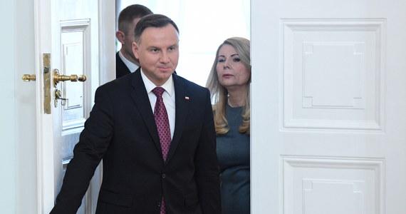 """""""Obawiam się, że pan prezydent poszedł w swojej wypowiedzi trochę za daleko"""" - tak Wojciech Hermeliński, szef Państwowej Komisji Wyborczej i sędzia Trybunału Konstytucyjnego w stanie spoczynku, komentuje w rozmowie z RMF FM głośne słowa Andrzeja Dudy sprzed dwóch dni. Prezydent podczas uroczystości powołania prezesów dwóch nowych izb Sądu Najwyższego stwierdził, że nowi sędziowie SN są często poniżani przez starszych - w tym tych """"wysoko postawionych""""."""