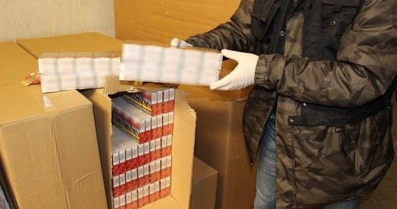 Trzydzieści osób usłyszało zarzuty, pięć trafiło do aresztu. To ciąg dalszy sprawy rozbicia grupy produkującej podrabiane papierosy. Wielkopolska policja na terenie nielegalnej fabryki na pograniczu Wielkopolski i Pomorza Zachodniego zabezpieczyła 300 ton tytoniu i kilkadziesiąt milionów sztuk papierosów.