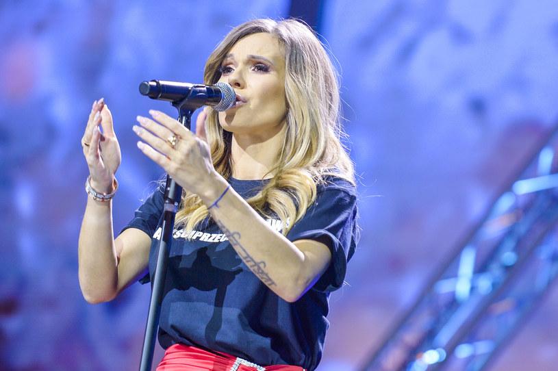 Po decyzji Sądu Okręgowego w Warszawie o odrzuceniu apelacji obrońcy Dody w sprawie znieważenia funkcjonariuszy, znana wokalistka w gwałtownym stylu zareagowała na doniesienia mediów w tej sprawie.