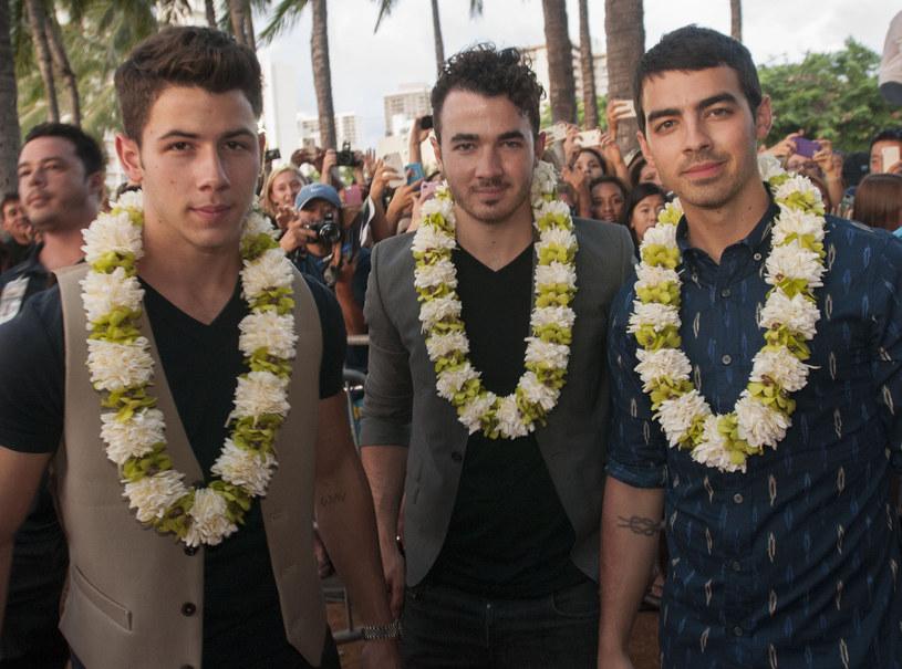 """Poniżej możecie zobaczyć teledysk """"Sucker"""", którym po sześciu latach powraca rodzinne trio Jonas Brothers. W klipie pojawiają się również znane partnerki wokalistów - żonka Nicka Jonasa Priaynka Chopra oraz narzeczona Joe Jonasa Sophie Turner."""