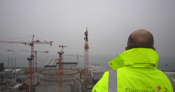 Rośnie gigantyczny skandal wokół budowy najnowocześniejszej francuskiej elektrowni atomowej we Flamanville w Normandii. Zapowiedziano, że zostanie ona oddana do użytku z 8-letnim opóźnieniem i będzie kosztowała prawie cztery razy więcej, niż planowano. Francuskie firmy proponują budowę podobnej siłowni w Polsce.