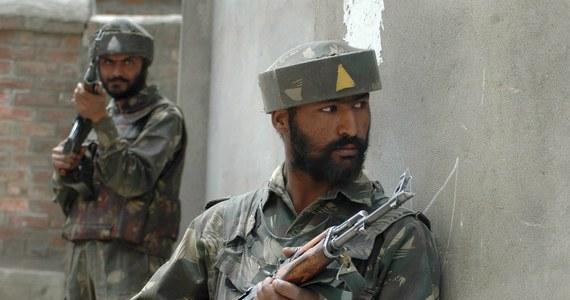 Co najmniej czworo cywilów zginęło, a czworo innych zostało rannych w nocy podczas wymiany ognia między żołnierzami indyjskimi a pakistańskimi w spornym regionie Kaszmir - podały władze.