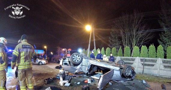 Tragiczny finał ucieczki przed policją pod Warszawą. W Ołtarzewie BMW uderzyło w drzewo.  Dwie osoby zginęły, dwie trafiły do szpitala.