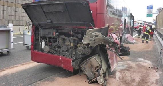 Polski autokar uderzył w przydrożną barierkę ochronną w pobliżu Grazu w Austrii. W wyniku zderzenia pięć osób jest lekko rannych.