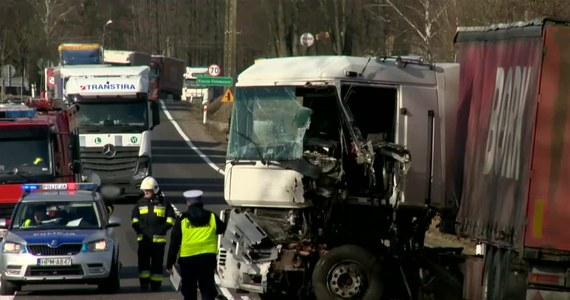 Dwie ciężarówki i samochód osobowy zderzyły się na DK 8 na odcinku Białystok-Augustów w miejscowości Krasne Stare w województwie podlaskim. Jedna osoba została poszkodowana.