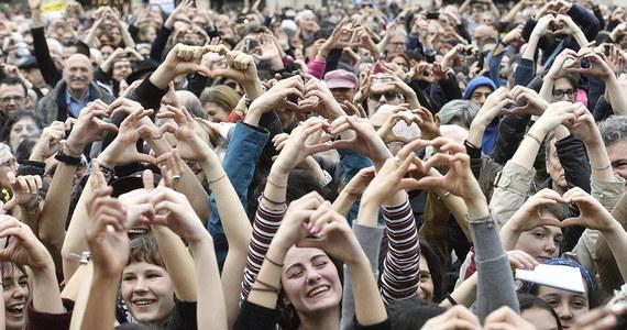 """""""Świat, którego chcemy to wielokolorowa historia"""" - to jedno z haseł wielkiej manifestacji przeciwko rasizmowi jaka odbyła się w sobotę w Mediolanie. Organizatorzy podali, że wzięło w niej udział ok. 200 tys. osób."""