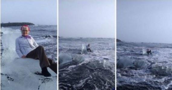 """Judith Streng z Teksasu była z synem na wycieczce na Islandii. Podczas spaceru wzdłuż brzegu słynnego jeziora lodowcowego Jökulsárlón zauważyła bryłę lodu, która wyglądem przypominała """"lodowy tron"""". 77-latka usiadła na nim. Gdy syn zaczął robić jej zdjęcia nadeszła fala, która uniosła krę wraz z siedzącą na niej kobietą."""