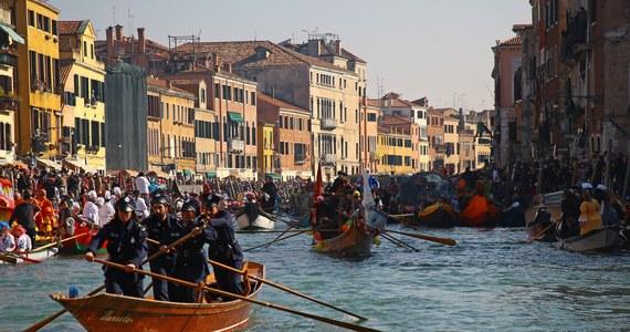 Czterech turystów z Niemiec zostało zatrzymanych i doprowadzonych na komendę policji w Wenecji, gdy w strojach karnawałowych spacerowali po placu Świętego Marka z autentycznymi szablami.