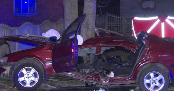 Dwie osoby zginęły w wypadku drogowym w Żychowie w powiecie kaliskim, samochód zjechał na pobocze i uderzył w drzewo. Do wypadku doszło na łuku drogi, prawdopodobnie przez niedostosowanie prędkości do panujących warunków.