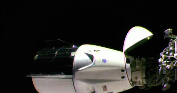 Trudno przecenić znaczenie trwającej właśnie misji Demo-1, pierwszego, testowego lotu załogowej kapsuły Crew Dragon na Międzynarodową Stację Kosmiczną. Choć jeszcze bez załogi, zbudowany i wystrzelony przez firmę SpaceX pojazd otwiera nową erę lotów kosmicznych, podejmowanych na komercyjnych zasadach. Testy przybliżają też  zakończenie upokarzającego dla NASA okresu, kiedy po uziemieniu w 2011 roku wahadłowców, pozostawała przy wynoszeniu astronautów na orbitę uzależniona od rosyjskich Sojuzów. To już najwyższy czas, Amerykanie będą mogli za kilka miesięcy świętować 50. rocznicę największego triumfu, jakim było lądowanie na Księżycu, patrząc nie tylko w przeszłość.