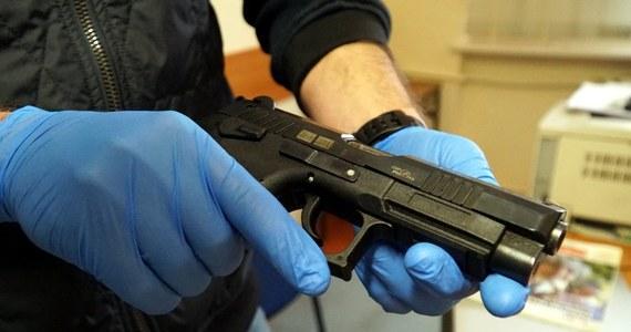 117 sztuk kompletnej amunicji, ostrą broń oraz łącznie ponad 1,5 kilograma narkotyków zabezpieczyli policjanci podczas przeszukania mieszkań w Warszawie. Dwaj mężczyźni usłyszeli już zarzut przygotowania do wprowadzenia do obiegu znacznej ilości środków odurzających i dodatkowo - w przypadku 44-letniego Marcina B. - zarzut posiadania broni palnej.