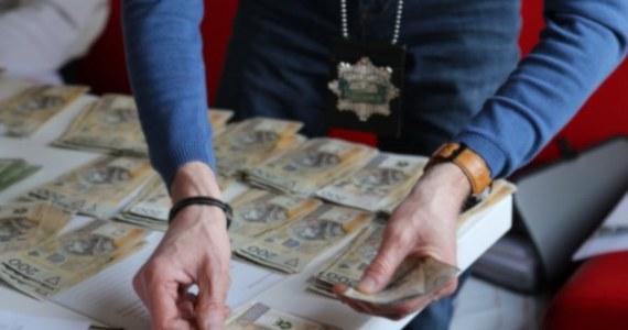 Centralne Biuro Śledcze Policji i Straż Graniczna zatrzymały 16 osób podejrzanych o udział w gangu przemycającym cudzoziemców. Według prowadzącej śledztwo prokuratury, członkowie grupy mieli zarobić na tym ok. 920 tysięcy euro.