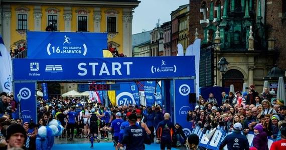 """Cracovia Maraton odbędzie się 28 kwietnia 2019 roku. To jedna z największych imprez biegowych w kraju, zaliczana do Korony Maratonów Polskich. Po raz kolejny start i meta usytuowane będą na krakowskim Rynku Głównym. Zgodnie z hasłem imprezy: """"z historią w tle"""", uczestnicy maratonu przebiegną obok wielu wspaniałych zabytków podwawelskiego grodu."""