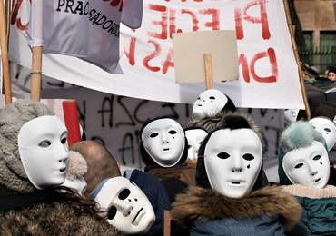 Setki płaczących masek. Protest pracowników sądów i prokuratur w Warszawie