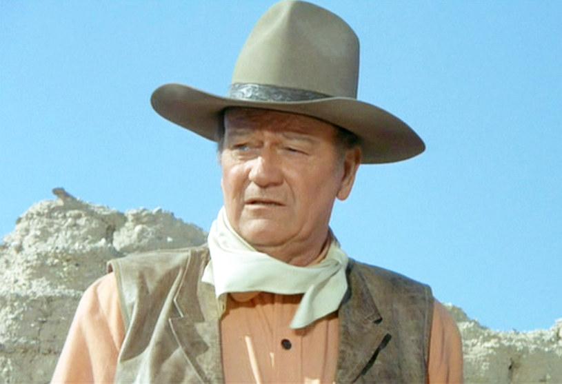W Stanach Zjednoczonych trwa burza z powodu wywiadu, którego niemal 50 lat temu udzielił John Wayne. Znany z westernów i filmów wojennych aktorów używa tam określeń homofobicznych, a treść niektórych z jego wypowiedzi jest pogardliwa wobec mniejszości narodowych. Oburzeni tymi słowami żądają usunięcia jego imienia z nazwy kalifornijskiego lotniska.