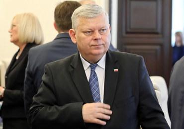 """Suski zabrał tablicę z """"układem Kaczyńskiego"""". """"Wszyscy wiemy, jaki ma temperament"""""""