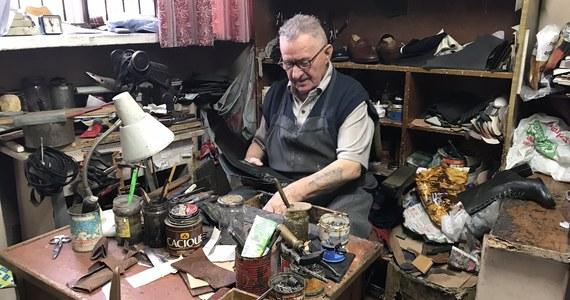 """Piwna 13. Ten adres każdy mieszkaniec warszawskiego Starego Miasta zna na pamięć. Od kilkudziesięciu lat buty naprawia tam Tadeusz Kuciński. """"Być może będę musiał zamknąć zakład"""" - mówi RMF FM rzemieślnik. Miesięczny czynsz wzrósł siedem lat temu. """"Kiedyś płaciłem 200-300 złotych, a teraz 700"""" - skarży się pan Tadeusz. Kamienica w której mieści się zakład, należy do miasta."""