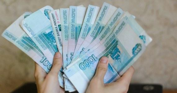 W Rosji najszybciej na świecie przybywa milionerów i miliarderów. Ich liczba mimo kryzysu będzie rosła przez najbliższe lata i wzrośnie o jedną czwartą. W 2023 roku w Rosji będzie żyło 124 miliarderów oraz blisko 2 tysiące osób z majątkiem powyżej 30 milionów dolarów - wynika z badań. Tylko w poprzednim roku liczba rosyjskich miliarderów zwiększyła się o 7 procent.