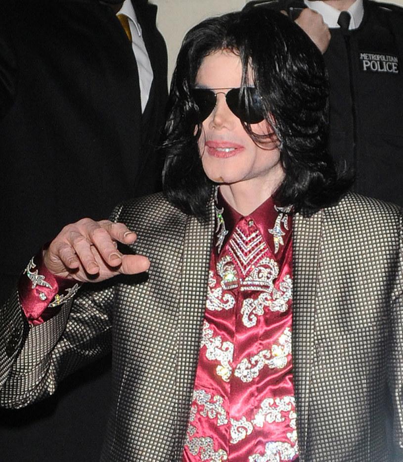 """Rozgłośnie z całego świata zaczynają usuwać ze swoich playlist piosenki Michaela Jacksona po emisji budzącego gorące dyskusje dokumentu """"Leaving Neverland"""", w którym opowiedziano o nadużyciach seksualnych Króla Popu. W Polsce na taki krok zdecydowało się Radio Zet."""