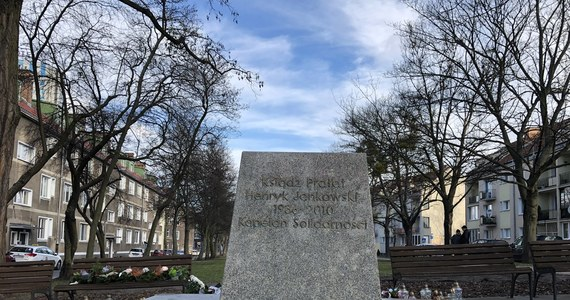 Na zlecenie społecznego komitetu budowy pomnika ks. prałata Henryka Jankowskiego w Gdańsku zdemontowano w piątek rano monument. W czwartek Rada Miasta Gdańska podjęła uchwałę o rozbiórce pomnika. Fundatorzy zdecydowali się jednak sami go usunąć.