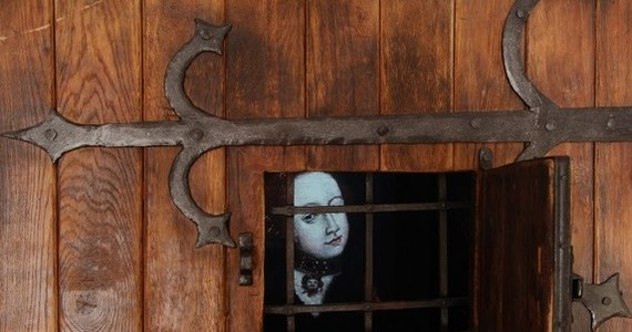XV-wieczny obraz przedstawiający ówczesny ideał kobiety zachował się w kolegiacie w Kołobrzegu. Niewiasta ma kłódkę na ustach i klucze przy uszach, żeby za dużo nie mówić i nie słuchać plotek. W ręku trzyma krucyfiks, otaczający krzyż wianek symbolizuje jej czystość. W ręku ma wrzeciono i dzbanek, symbolizujące jej główne narzędzia pracy. Broszka z gołębicą to znak wierności, a końskie kopyta służą do deptania grzechu. Tym paniom, które od ideału odbiegały lub miały pecha stanąć na czyjejś drodze, groziły: proces o czary i stos.