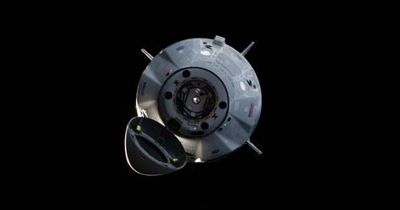 Próba generalna pierwszego komercyjnego, załogowego pojazdu kosmicznego przeszła w decydująca fazę. Zbudowana przez firmę Space X kapsuła Crew Dragon o 8:31 czasu polskiego oddzieliła się od Międzynarodowej Stacji Kosmicznej (ISS), o 13:57 odpaliła silniki hamujące i o 14:45 wylądowała na spadochronach w Oceanie Atlantyckim u wybrzeży Florydy. Pojazd zostanie potem podjęty przez statek Go Searcher i przetransportowany do Port Canaveral.