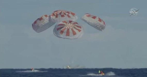 Pierwszy komercyjny, załogowy pojazd kosmiczny pomyślnie zakończył próbę generalną i powrócił na Ziemię. Lot wyprodukowanej przez firmę Space X dla NASA kapsuły Crew Dragon, miał przetestować wszystkie etapy przyszłej misji załogowej na Międzynarodową Stację Kosmiczną (ISS) i z powrotem. Jej sukces otwiera drogę do załogowego lotu już w tym roku i odzyskania przez Stany Zjednoczone zdolności do wynoszenia astronautów na orbitę po 8-letniej przerwie.