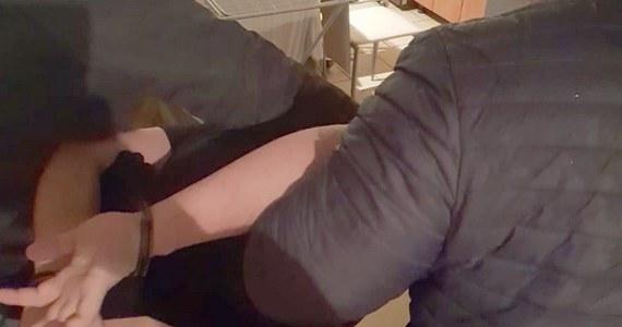 Policjanci zatrzymali 36-letniego mieszkańca Łosic (Mazowieckie), poszukiwanego od 7 lat kilkoma listami gończymi. Policja wpadła na jego trop, bo uczestniczył w lokalnych, amatorskich galach MMA. 36-latek został zatrzymany na Pomorzu, gdzie się ukrywał.