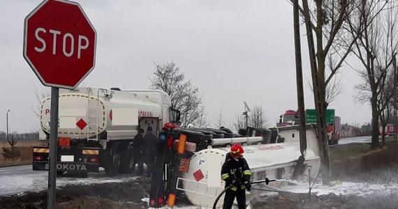 Przez kilka godzin może być zablokowana droga krajowa nr 62 z Włocławka w stronę Inowrocławia w woj. kujawsko-pomorskim. W Osięcinach koło Radziejowa cysterna wypełniona paliwem wypadła z drogi i przewróciła się na bok.