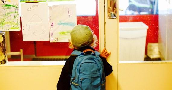 Od poniedziałku niezaszczepione dzieci nie będą miały prawa wstępu do żłobków i przedszkoli we Włoszech. To rezultat przepisów o obowiązkowych szczepieniach. W przypadku uczniów szkół podstawowych ich rodzice otrzymają kary finansowe za brak szczepień.