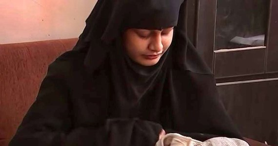 Dziecko 19-latki, którą brytyjskie władze pozbawiły obywatelstwa, zmarło w obozie w Syrii – pisze BBC. Shamima Begum uciekła z domu, by poślubić bojownika ISIS i przez cztery lata przebywała w Państwie Islamskim. Po upadku kalifatu i urodzeniu dziecka starała się wrócić do Londynu. Twierdziła, że dla dobra dziecka, które miałoby w Wielkiej Brytanii lepszą opiekę medyczną niż w Syrii.