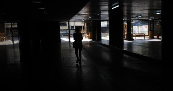 15 osób nie żyje, ponieważ nie mogły być dializowane. To dramatyczne skutki trwającej od czwartku awarii systemu energetycznego w Wenezueli. Przerwy w dostawach prądu, uniemożliwiły pracę szpitali, w tym przeprowadzenie dializ u pacjentów z niewydolnością nerek.