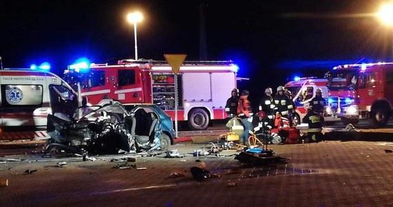 Jedna osoba zginęła, a pięć zostało rannych w wyniku zderzenia trzech samochodów koło Malichowa, na drodze wojewódzkiej z Dobrodzienia do Olesna na Opolszczyźnie.