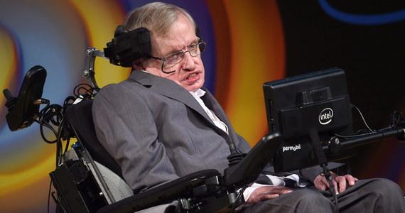 Pielęgniarka, która przez 15 lat opiekowała się wybitnym astrofizykiem Stephenem Hawkingiem, została zawieszona w prawach wykonywania zawodu. Decyzję podjęła brytyjska Rada ds. Pielęgniarstwa i Położnictwa. Nie podała jednak jej uzasadnienia.