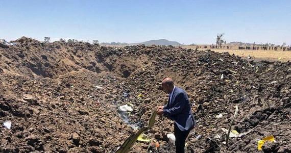 """Katastrofa samolotu etiopskich linii lotniczych: maszyna ze 157 ludźmi na pokładzie rozbiła się w okolicach miasta Debre Zeit w środkowej Etiopii. Nikt ze 149 pasażerów i 8 członków załogi nie przeżył. Wśród podróżnych była dwójka Polaków - tę informację przekazaną przez prezesa Ethiopian Airlines potwierdziła w rozmowie z RMF FM rzeczniczka polskiego MSZ-etu. W niedzielę wieczorem podano, że w katastrofie zginęło 19 pracowników instytucji powiązanych z ONZ. Szef etiopskich linii Tewolde GebreMariam ujawnił, że pilot boeinga """"zgłaszał kłopoty i chciał zawrócić""""."""