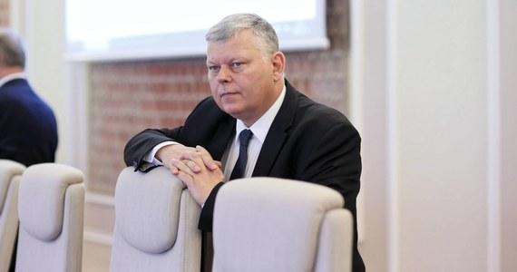 """Szef gabinetu politycznego premiera Marek Suski uważa, że pensje nauczycieli nie są zbyt niskie. Stwierdził nawet, że w porównaniu do pensji poselskiej ta różnica jest """"nieduża""""."""