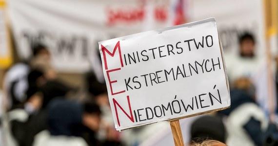 """Przedstawiciele nauczycielskiej """"Solidarności"""" rozpoczęli strajk okupacyjny w małopolskim kuratorium oświaty w Krakowie. Żądają podwyżek płac i przede wszystkim rozmów z przedstawicielami rządu."""